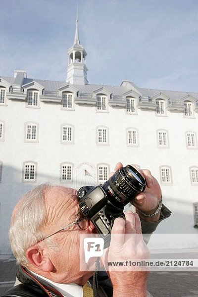 Kanada  Quebec City  Upper Town  Cote De La Fabrique  Québec Seminary gründete 1663  senior männlich  Kamera