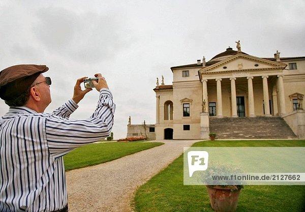 Mann Fotografieren die Villa Capra (La Rotonda)  Vicenza  Italien