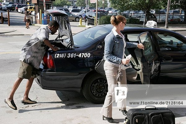 Cleveland  Ohio Prospect Avenue  Taxi Cab  schwarzen männlichen Treiber  Woman  abfliegenden Passagiere  öffentliche Verkehrsmittel