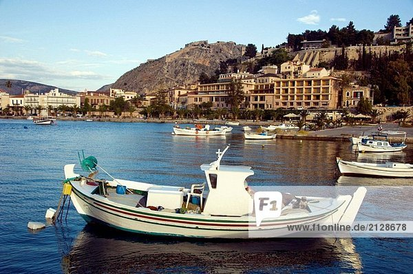 Bunten Fischerboote im Hafen mit Relfections und der Palmidi Festung über Nafplio  Griechenland.
