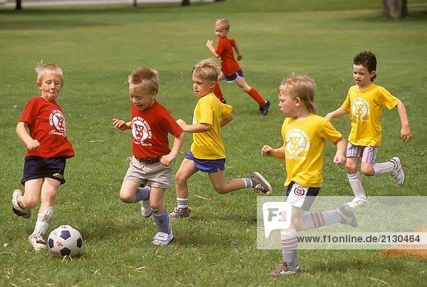 Kinder spielen ein Spiel des Fußballs