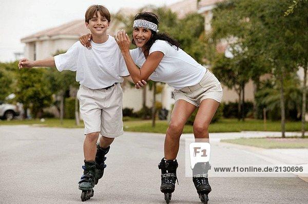 Mutter und Sohn rollerblading