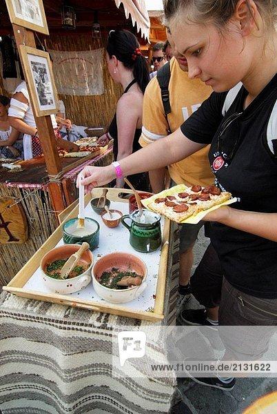 Mädchen mit Essen für sich selbst  Gastronomie Festival  Budapest  Ungarn  Europa