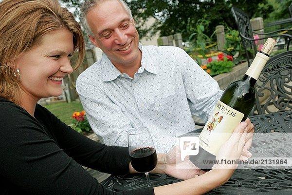Chrysalis Weinberge  Wein  Glas  Paar  Getränk  Lächeln  Mann  Frau  Flasche  Label. Middleburg. Virginia. USA.