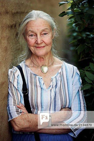 ältere Frau looking in der Kamera