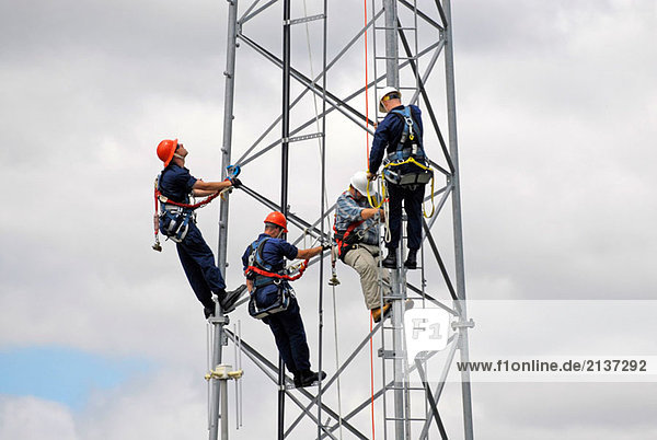 Kenosha Wisconsin basiert Küstenwache Praxis Klettern auf einem Turm während einer Trainingseinheit