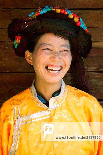 eine lächelnd Mosu Minderheit Frau