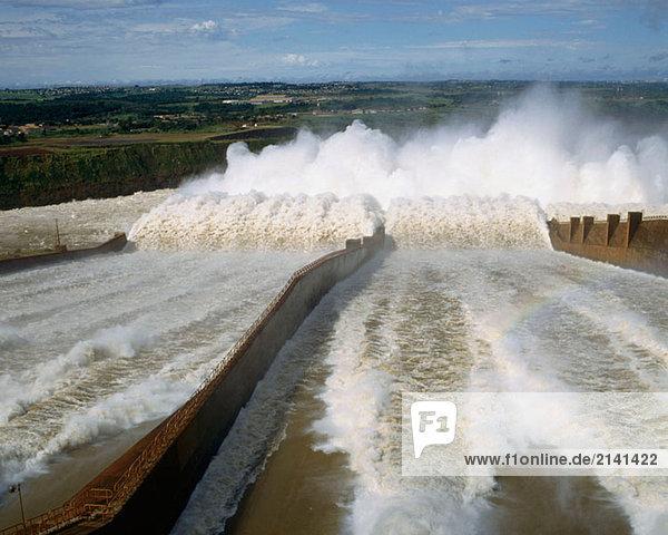 Kraftwerk zwischen inmitten mitten bauen Damm Wasserkraft Brasilien Paraguay