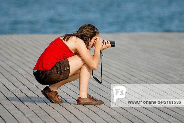 Mädchen Aufnahme eines Bildes im Maremagnum Area  Barcelona. Katalonien  Spanien