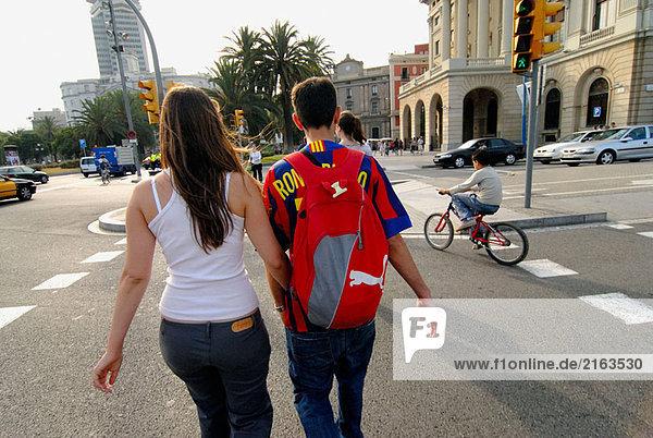 Paar zu Fuss vom Port Vell der Ramblas  Barcelona. Katalonien  Spanien