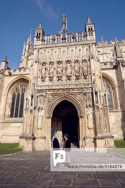 Zwei Frauen im Gespräch an die wichtigsten South Appartments mit Gloucester Cathedral. Gloucester. England.