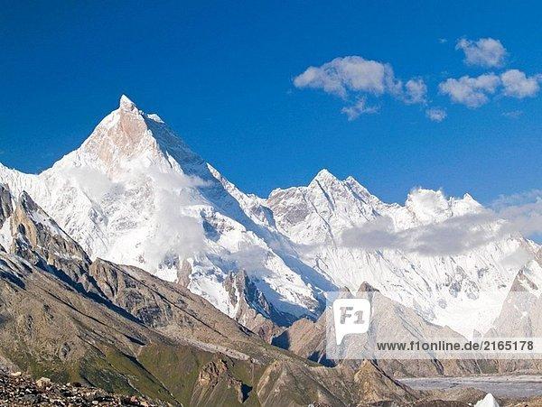 Masherbrum Peak  einer der vielen über 7000 Meter erhebt sich über dem Baltoro Gletscher  Karakorum  Pakistan