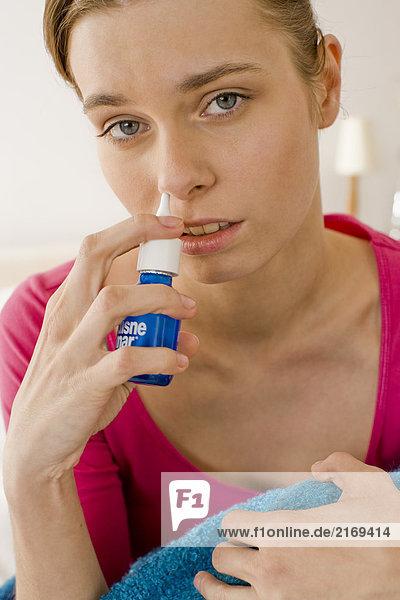 Frau mit Nase spray