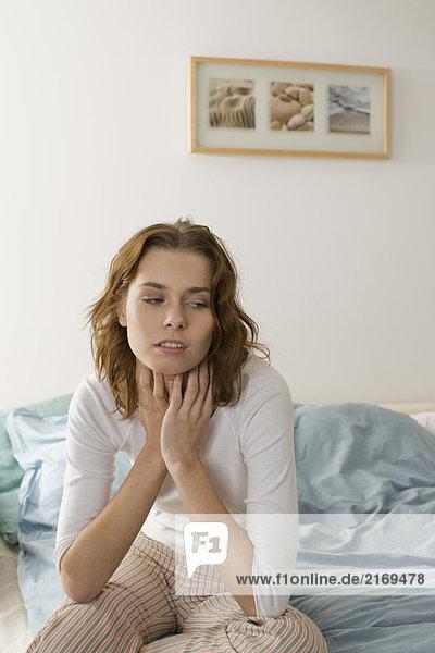 Junge Frau mit Halsschmerzen