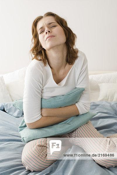 Junge Frau mit Magenschmerzen