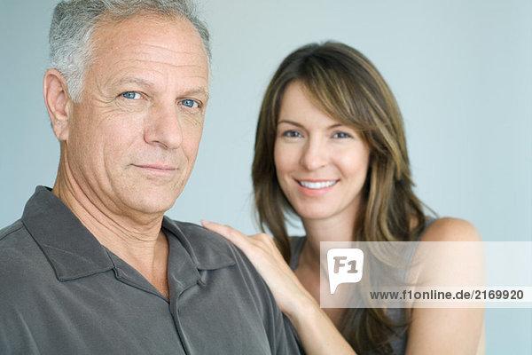 Mann und Frau lächeln vor der Kamera  Porträt