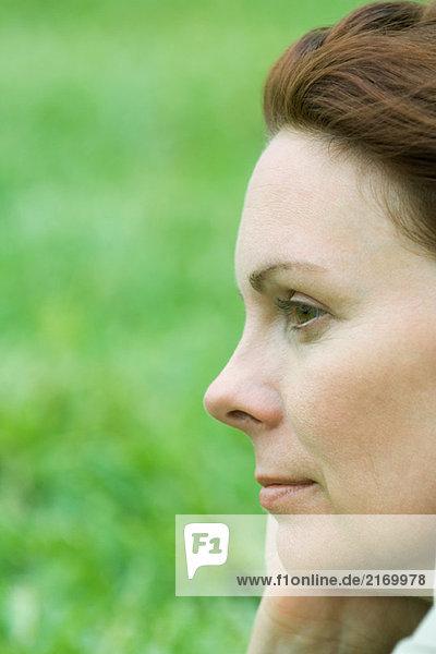 Frau schaut weg  Profil  Nahaufnahme
