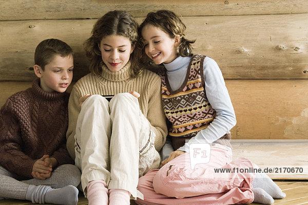Junge und Mädchen beobachten Teenager Mädchen spielen Videospiel