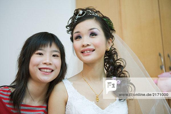 Junge Frau lächelnd mit Braut  Kopf und Schultern  Portrait