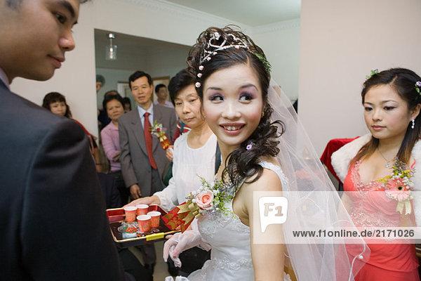 Chinesische Hochzeit Teezeremonie  Braut schaut über die Schulter