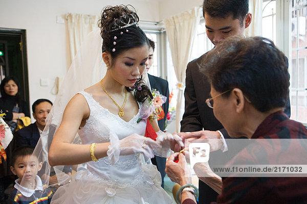 Chinesische Hochzeit  Schmuckübergabe an die Braut