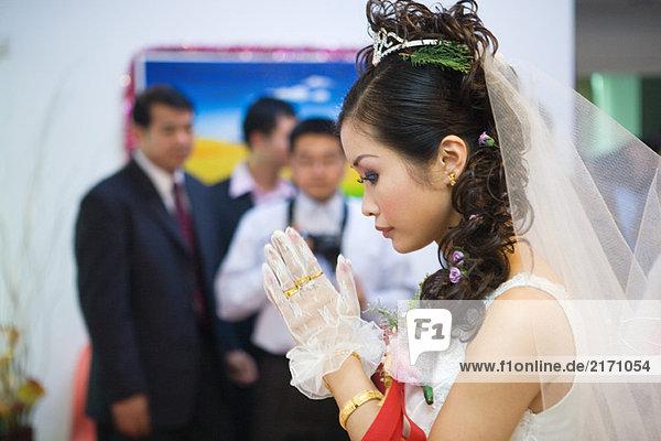 Chinesische Hochzeit  Brauthände im Gebet umklammert  Seitenansicht