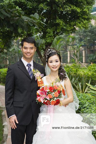 Braut und Bräutigam im Grünen stehend  Porträt