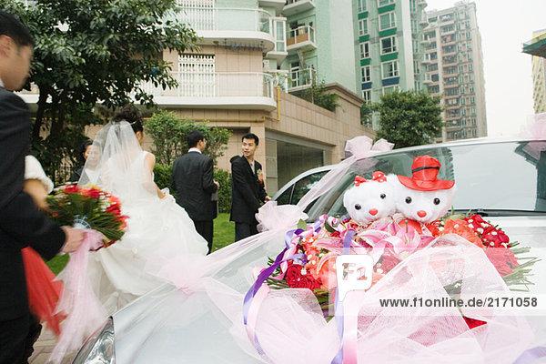 Hochzeitsdekorationen am Auto