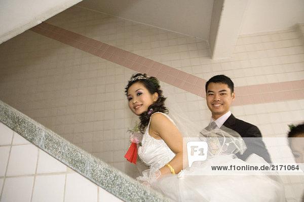 Braut und Bräutigam beim Treppensteigen