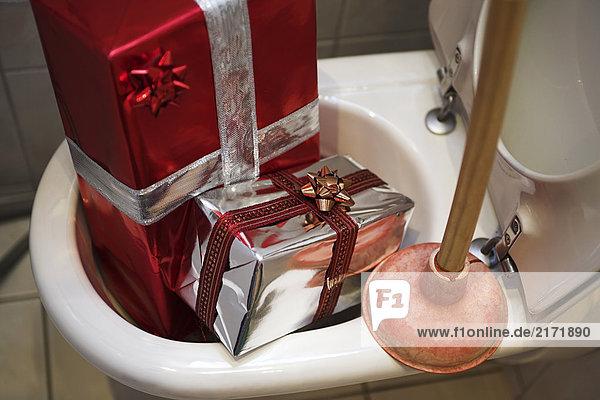 Weihnachtspakete im WC