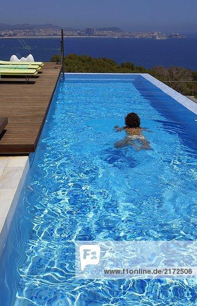 Mensch Rückansicht Ansicht Schwimmbad schwimmen