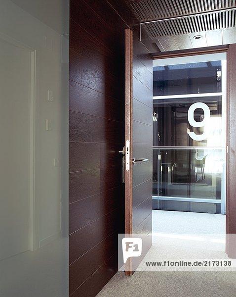 Blick auf eine offene Tür