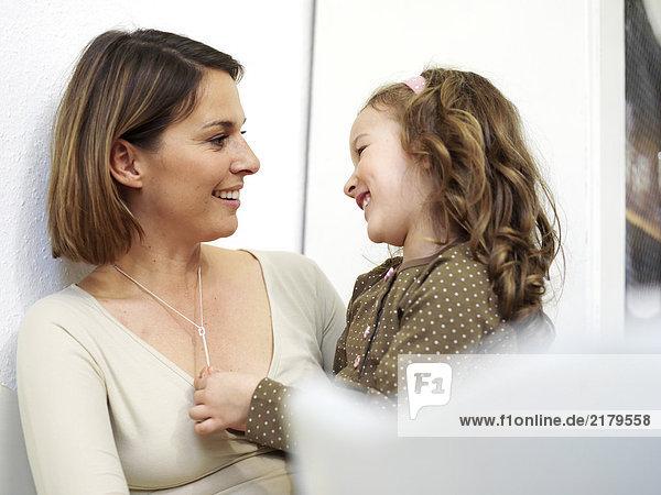 Nahaufnahme Frau betrachten ihre Tochter und lächelnd