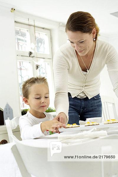 Mutter und Sohn einer Tabelle