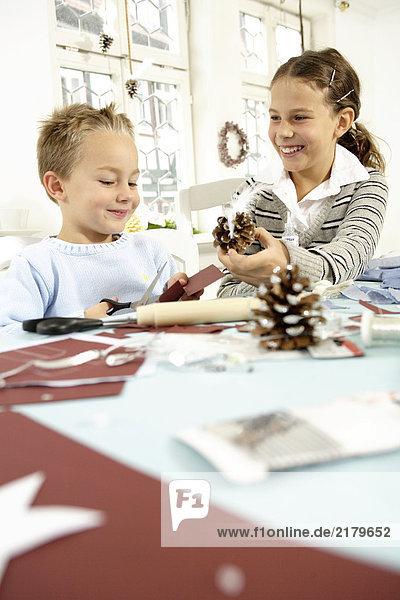 zeigen Jugendlicher Bruder Kiefer Pinus sylvestris Kiefern Föhren Pinie Mädchen Tisch