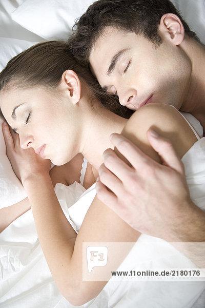 Paar im Bett schlafen