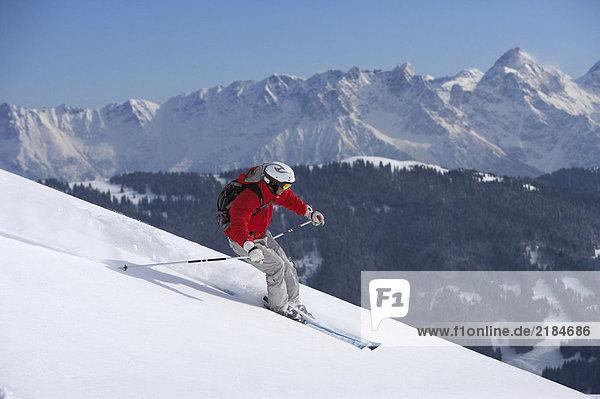 Österreich  Saalbach  Mann beim Skifahren auf der Piste