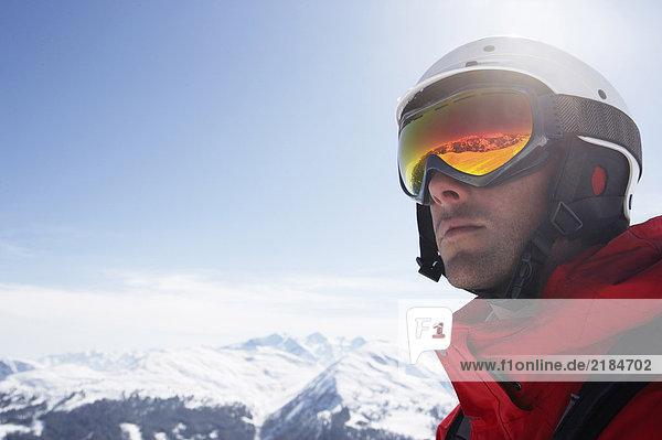 Österreich  Saalbach  Skifahrer mit Helm und Brille  Nahaufnahme