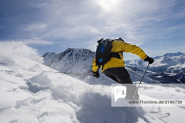 Herrenskifahren am Berg  Rückansicht