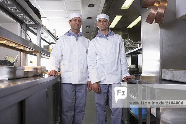 Zwei Köche posieren in ihrer Küche