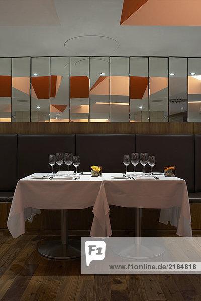 Edel gedeckter Tisch im Weinkeller mit Baguette