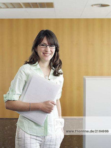 Junge Geschäftsfrau im Büro  Porträt  lächelnd