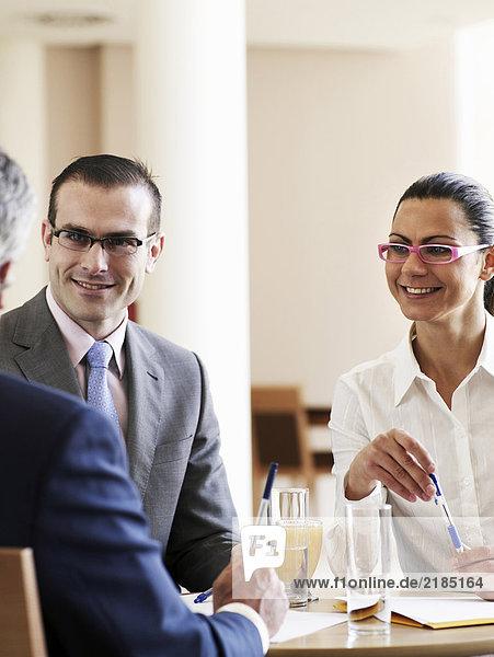 Geschäftsmann und Frau in der Begegnung  lächelnd