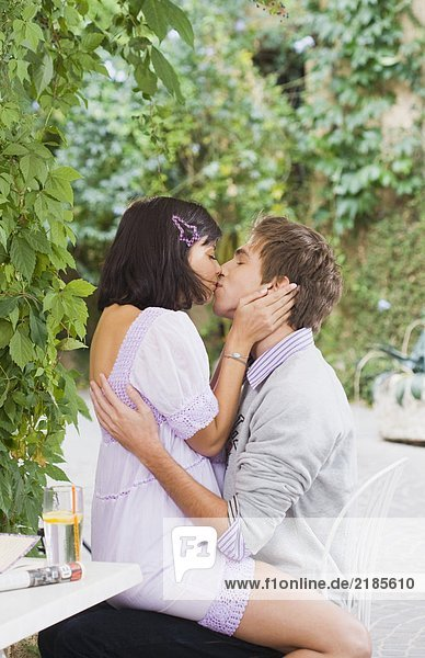 Mann und Frau küssen sich.