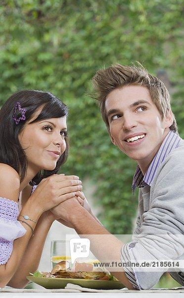 Mann und Frau halten sich an den Händen.