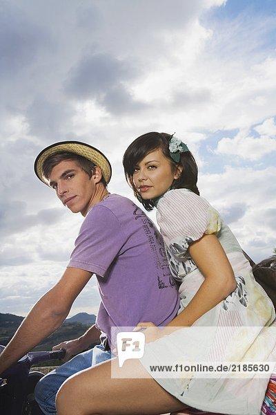 Mann und Frau auf dem Roller.