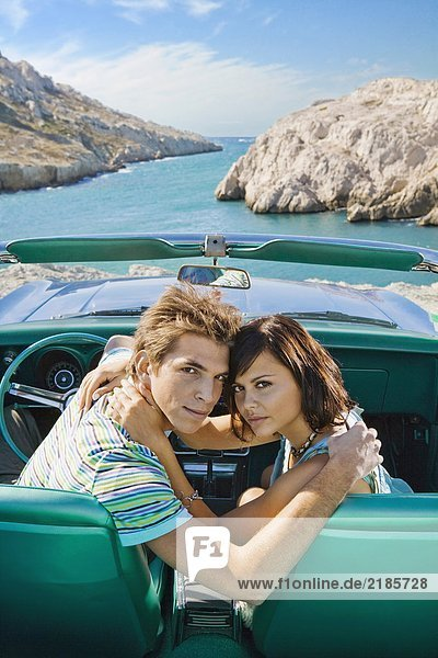 Mann und Frau im Auto.
