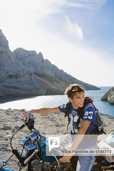Mann auf dem Motorrad.