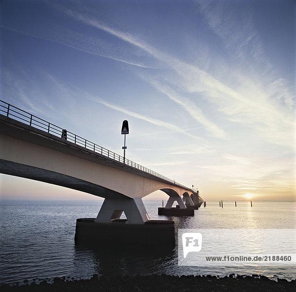Eine Brücke über das Wasser in den Niederlanden.