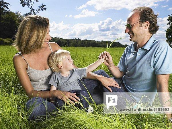 Familie genießt eine gute Zeit auf einem Feld.
